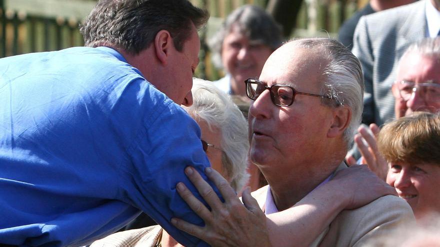 Imagen de archivo de David Cameron besando a su padre Ian Cameron en el año 2010 // EFE