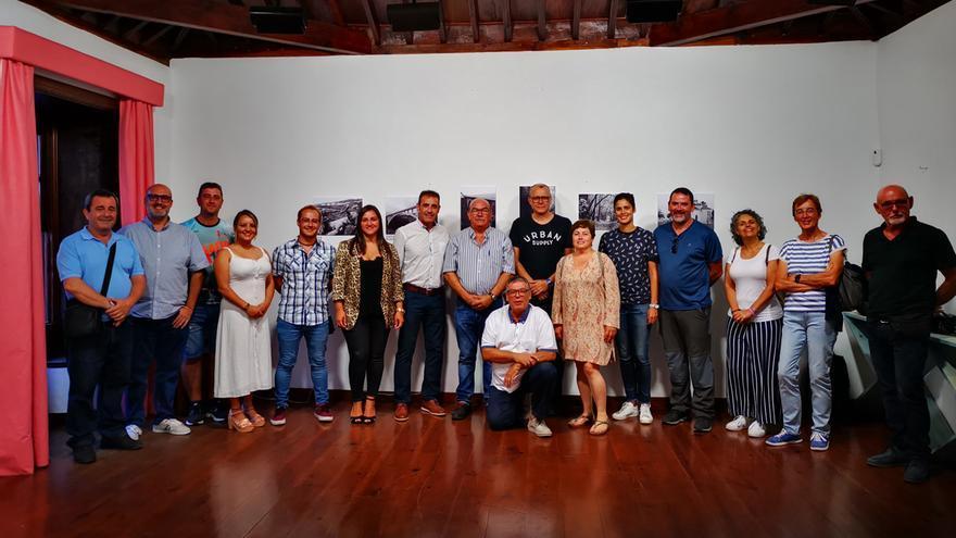 Miembros de la Asociación 'Afoto La Palma', en la inauguración de la exposición 'Rincones de San Andrés y Sauces', con el alcalde del municipio, Francisco Paz, y concejales del grupo de Gobierno.