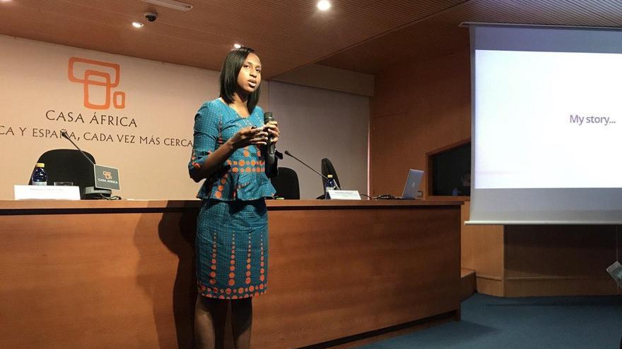 La ingeniera y divulgadora Ghanesa Larissa Akrofie presentando su proyecto de promoción de las científicas africanas 'Levers in Heels' este martes en Casa África.