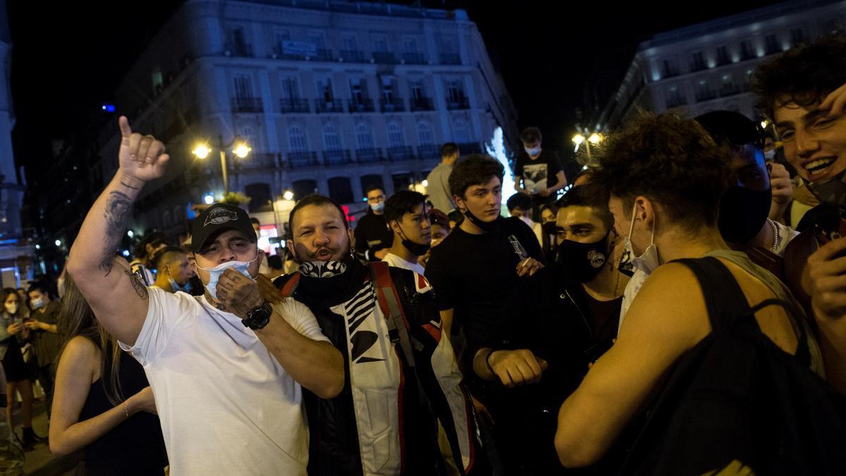 Ambiente en la Puerta del Sol de Madrid tras el fin del estado de alarma. EFE/Luca Piergiovanni
