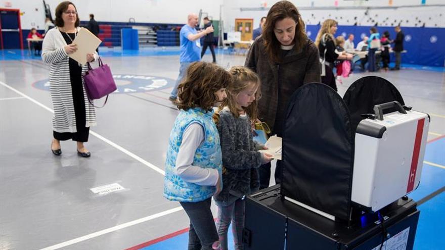 Virginia elige gobernador en una reñida contienda que medirá la influencia de Trump