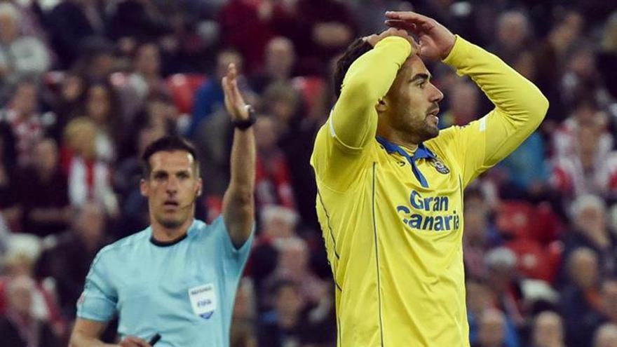 El centrocampista de la UD Las Palmas Tana se lamenta, durante el partido frente al Athletic de Bilbao en San Mamés, en Bilbao. EFE/MIGUEL TOÑA