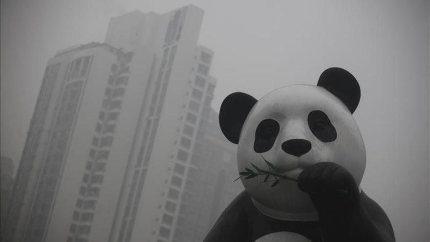 Pekín mantiene la alarma por la contaminación y se cancelan unos 30 vuelos