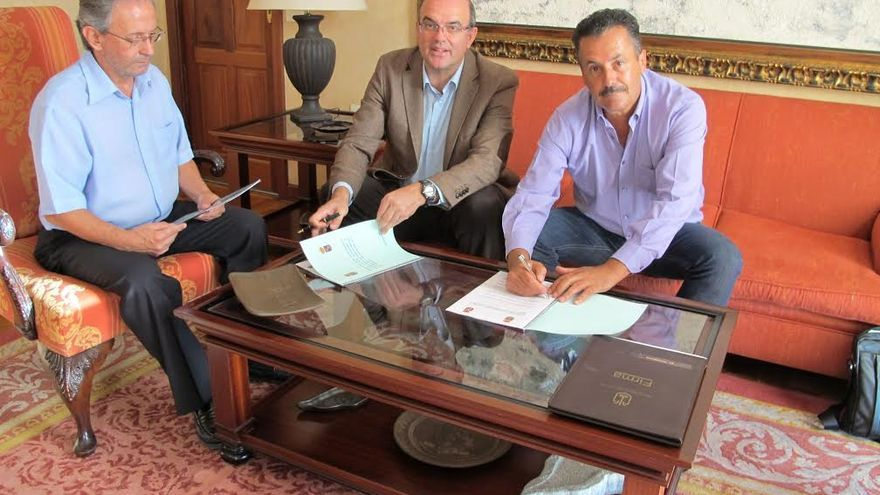 En la imagen, el presidente del Cabildo (centro), el alcalde de Puntagorda (derecha) y el jefe de Protocolo de la Corporación insular.
