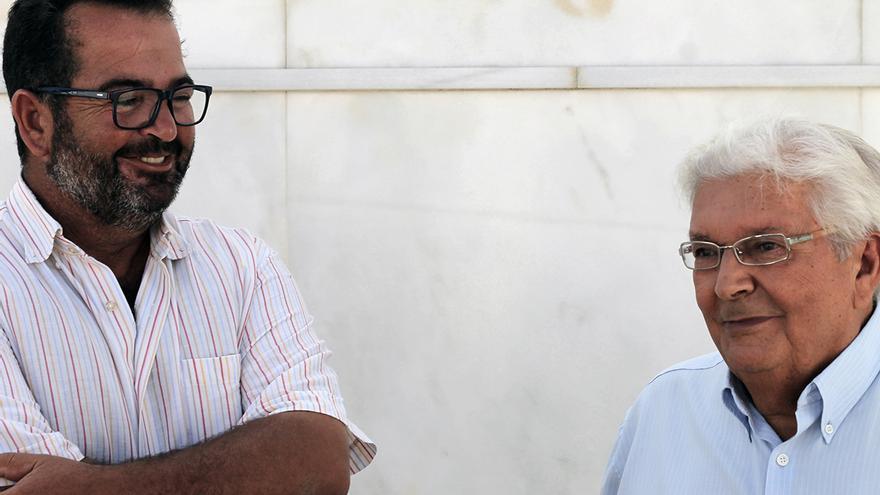 Julián González y Bernardo Blanco, a pie de fosa. | JUAN MIGUEL BAQUERO