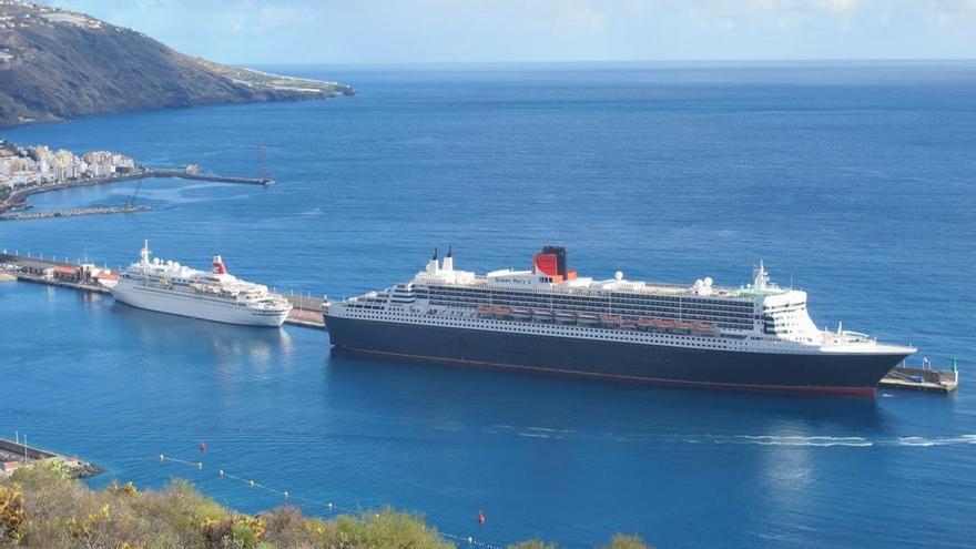 En la imagen, dos buques de cruceros en el Puerto de Santa Cruz de La Palma. Foto: Francisco Trujillo.