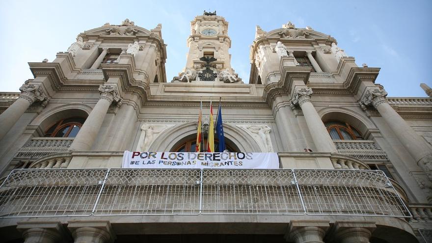 """El balcón del Ayuntamiento de Valencia luce la pancarta con el lema """"Ningún ser humano es ilegal"""""""