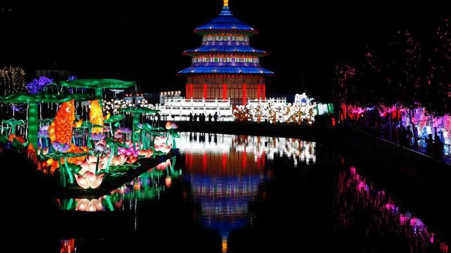 Vista de una de las 30 estructuras que se presentan este martes en el Festival de Luces Chinas (Fesiluz) en Santiago de Chile. El espectáculo que se realiza por primera vez en Latinoamérica va hasta el 28 de febrero.
