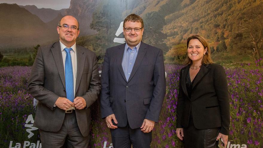 El presidente del Cabildo de La Palma, Anselmo Pestana, y la consejera de Turismo, Alicia Vanoostende, junto a Claus Altenburg, director de ventas y responsable del desarrollo de rutas de Germania.
