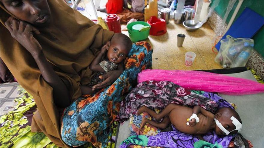 Una mujer permanece junto a sus dos hijos desnutridos en el único hospital público en la capital Mogadiscio (Somalia)./ EFE.