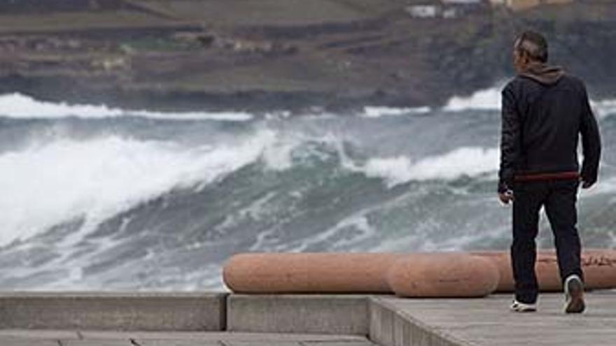 Una persona pasea junto al mar en Gran Canaria. (EFE)