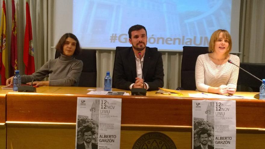 Magdalena Martínez, Alberto Garzón y Rebeca González en el acto de Unidad Popular en la UMU
