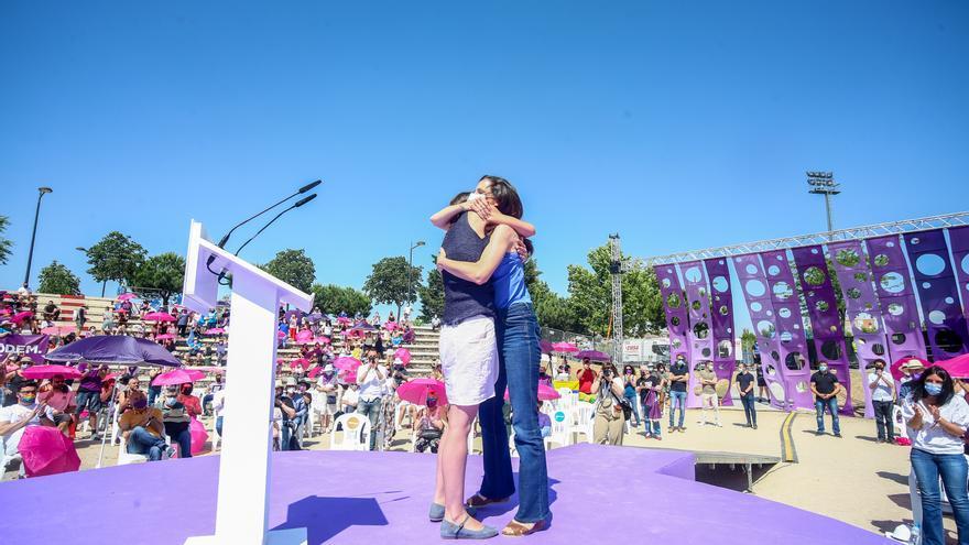La ministra de Igualdad, Irene Montero (i) y la ministra de Derechos Sociales y candidata a secretaria general de Unidas Podemos, Ione Belara (d), se abrazan en la IV Asamblea Ciudadana Estatal de Podemos, a 13 de junio de 2021, en el Auditorio Parque de