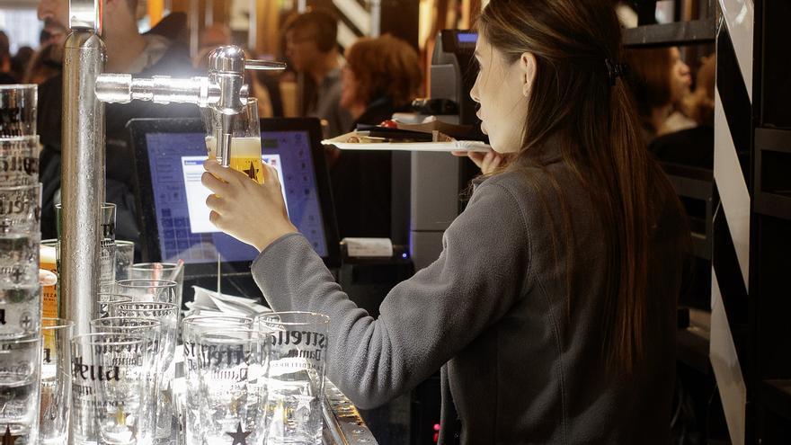 Imagen de archivo de una camarera en un bar.