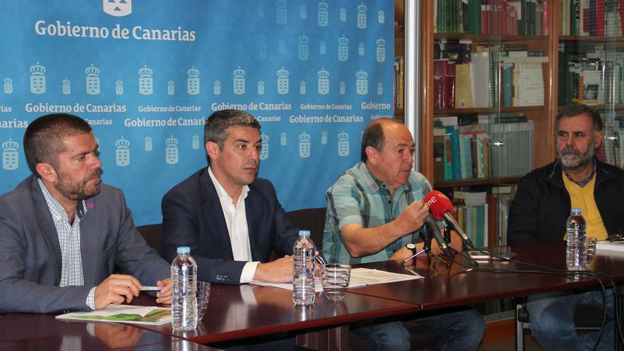 Narvay Quintero, consejero de Agricultura, con Miguel Altieri a su derecha, en la presentación de este martes en Santa Cruz