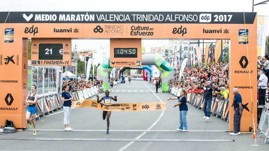 Llegada a la meta del medio maratón de Valencia.