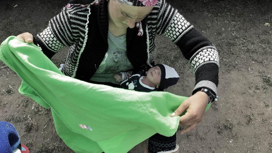 Midgin le recoloca la manta a su hijo en un momento de descanso durante el camino que cruza de Macedonia a Serbia (Juan Luis Sánchez)