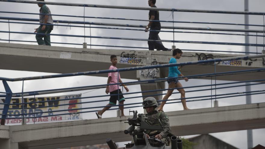 Policía en el Complejó Maré, en Río, Brasil © AP Photo/Silvia Izquierdo