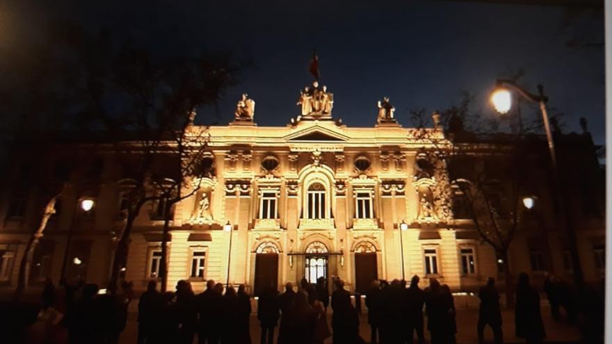 Fachada del Tribunal Supremo iluminada.