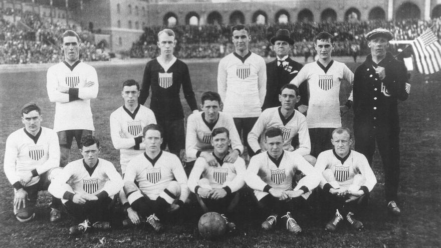 Fotografía del primer partido internacional de la selección de fútbol de Estados Unidos en 1916 contra Suecia