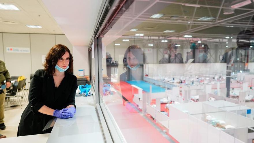 La presidenta de la Comunidad de Madrid, Isabel Díaz Ayuso, durante su comparecencia ante los medios de comunicación, en la visita que ha realizado este sábado al Hospital temporal para pacientes COVID-19 en Ifema.