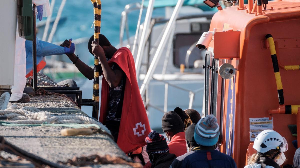 Un hombre desembarca en el muelle de Arguineguín tras ser rescatado por Salvamento Marítimo