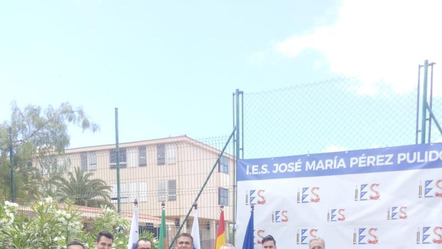 Los alumnos becados junto a representantes del instituto y del CIT Tedote.