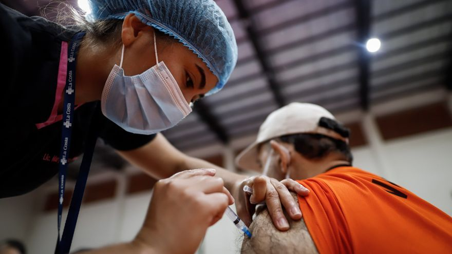 Madrugones y horas de espera para recibir la vacuna en Paraguay al bajar edad