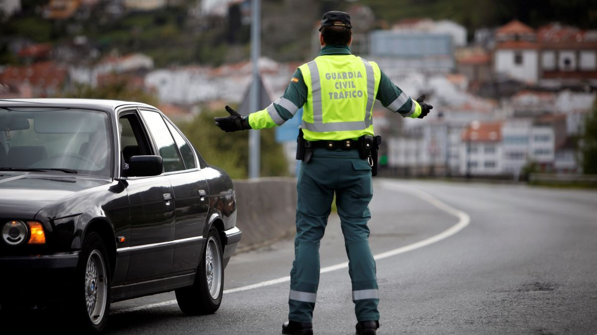 Un agente de la Guardia Civil realiza un control de tráfico. EFE/ Cabalar/Archivo