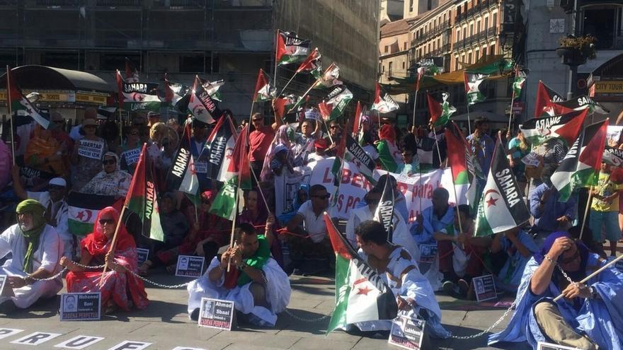 Una veintena de saharauis se encadenan de forma simbólica en Madrid en rechazo a las condenas de presos políticos