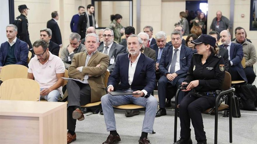 Álvaro Pérez 'El Bigotes', de blanco, a la izquierda en primera fila