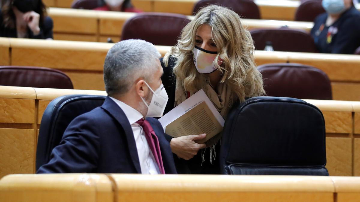 La titular de Trabajo, Yolanda Díaz, y el ministro del Interior, Fernando Grande-Marlaska, hablan en el Senado