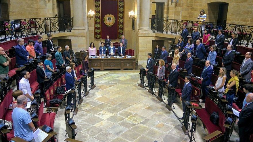 Las Juntas Generales de Bizkaia guardan un minuto de silencio para denunciar el asesinato de Noelia Noemí en Sestao