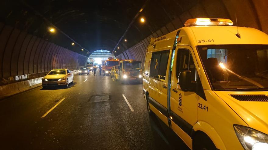 Una ambulancia atiende a un herido en el túnel de Julio Luengo