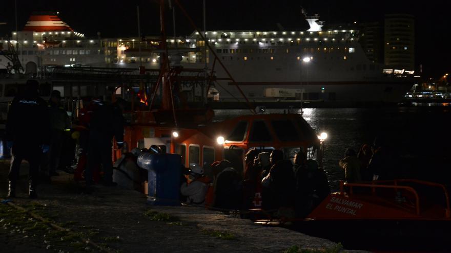 La salvamar El Puntal, a su llegada al puerto de Málaga, este domingo   Néstor Cenizo