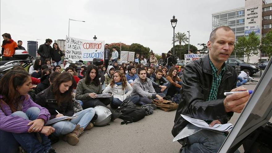 Centenares de universitarios se manifiestan en Barcelona contra los recortes
