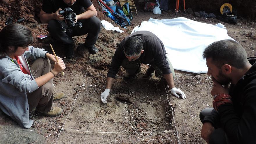 Excavación en la necrópolis benahoarita de La Cucaracha  (Mazo).