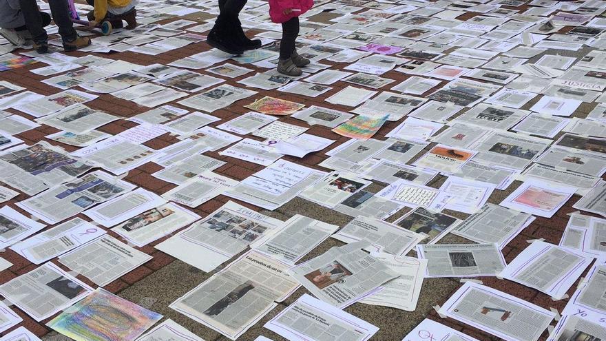 Recortes de periódicos con noticias de asesinatos machistas en la marcha de Vitoria.