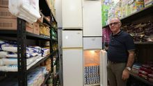 José Antonio Cardoso, presidente de la Asociación Vecinal y Solidaria de Arenales, en el local de la ONG, aún lleno de alimentos para donar.