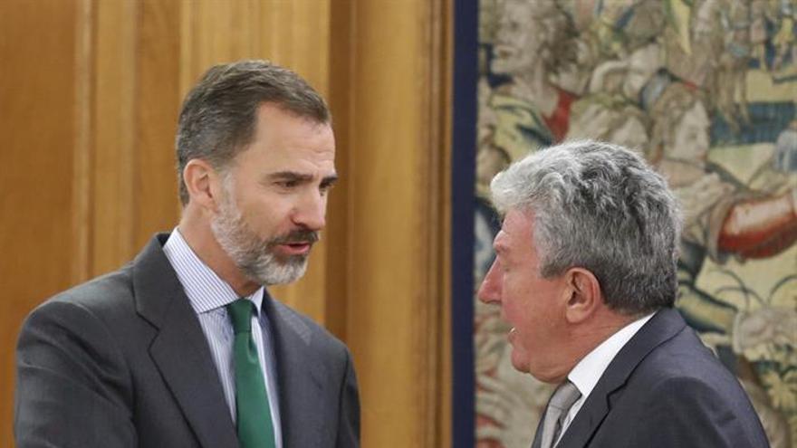 Pedro Quevedo saluda al Rey. (EFE)