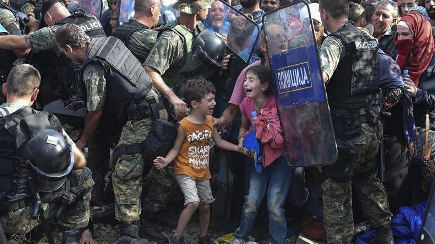 Dos menores refugiados en la frontera greco-macedonia, foto del año de Unicef