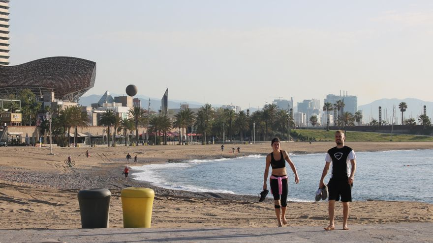 Primer día de uso deportivo de las playas de Barcelona