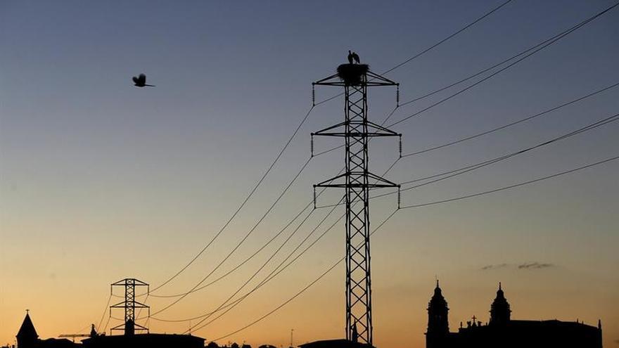 El precio de la electricidad baja mañana un 7,4 % en el mercado mayorista