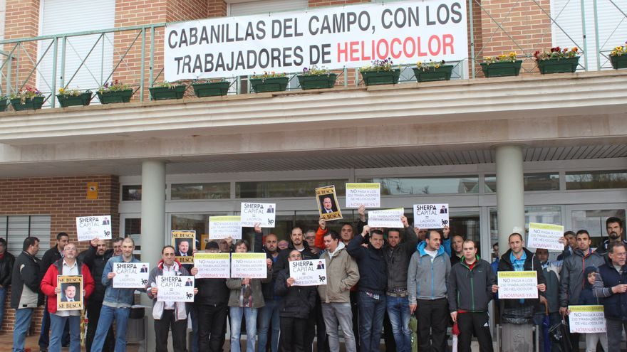Trabajadores de Heliocolor en el Ayuntamiento de Cabanillas (Guadalajara)