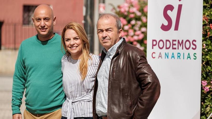 La secretaria general de Podemos en Canarias, Noemí Santana, y los representantes de Sí Se Puede, Paco Déniz, y Equo, Jesús Alberto Rosales.