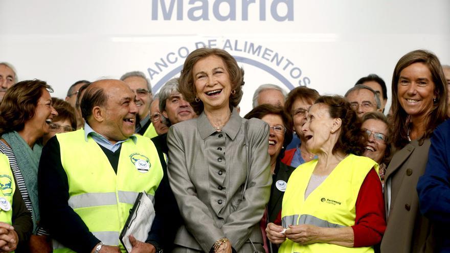 La reina apoya a los voluntarios del Banco de Alimentos en una visita a su sede