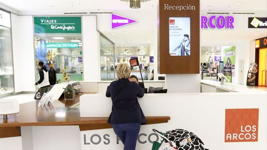 Interior del centro comercial Los Arcos, en Sevilla.
