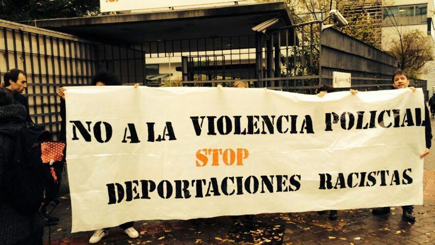 Imagen de archivo: activistas del colectivo Campaña por el Cierre de los CIE, en la puerta de los Juzgados de lo Penal de Madrid el día del juicio contra Sandra, el 28 de noviembre. / Campaña por el Cierre de los CIE