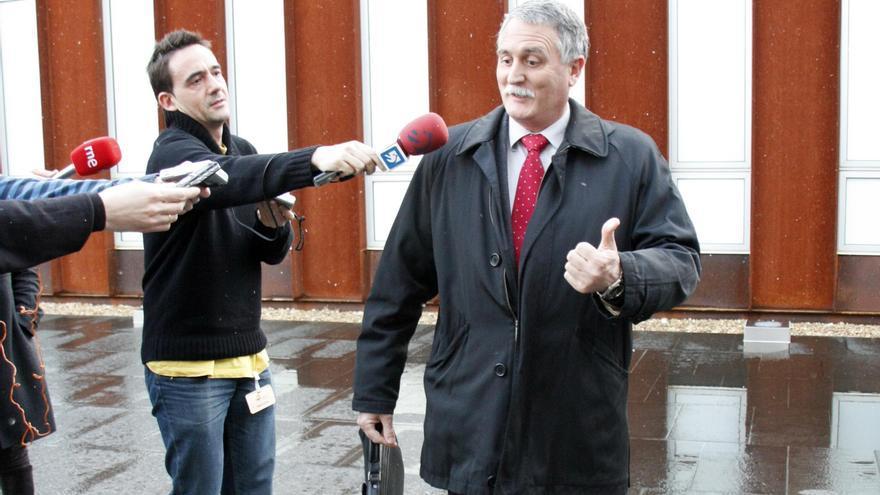 Víctor Bravo, atendiendo a los periodistas en las Juntas Generales de Gipuzkoa