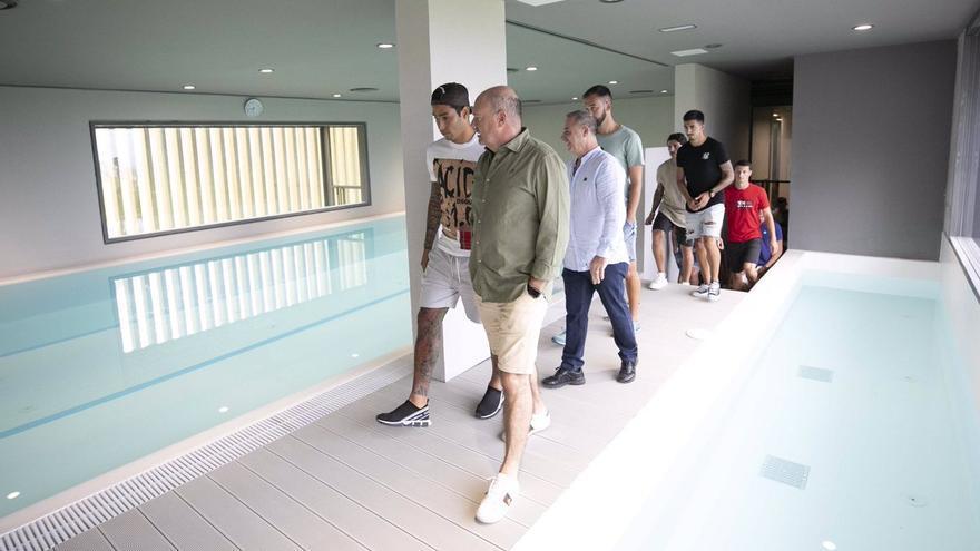Pepe Mel al frente de los jugadores en la zona de la piscina